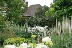 11-Vita-Sackville-Wests-Sissinghurst-Gardens_White-Flower-Garden_1_Alans-Garden-Influences