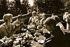 04-1971_X_X_Photos-from-the-Cry-California-Journal-article_apprentice-luncheon-on-the-chalet-deck